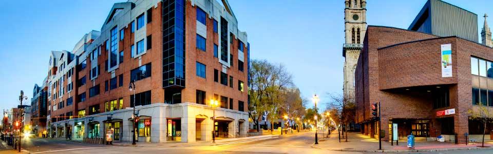 UQAM : image du campus en soirée, édifices au coin de deux rues.
