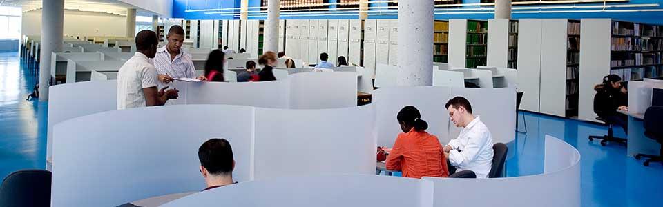 Campus École Polytechnique de Montréal: étudiants dans la bibliothèque.