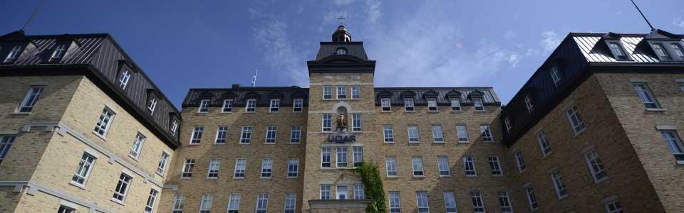 Université du Québec à Rimouski : vue de bas à haut d'un bel édifice sur le campus.