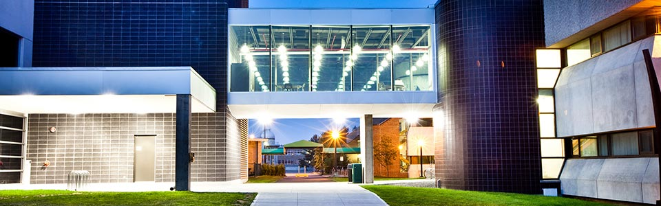 Université du Québec à Trois-Rivières : édifice moderne sur le campus illuminé en soirée.
