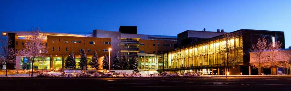Université du Québec en Abitibi-Témiscamingue : édifice modern sur le campus illuminé en soirée.